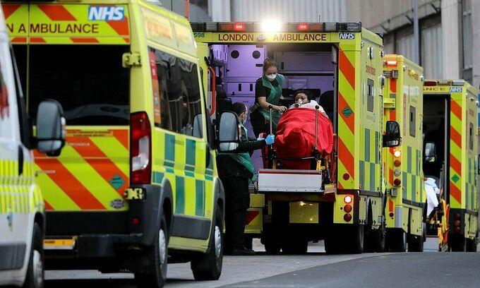 Bệnh nhân Covid-19 được đưa đến Bệnh viện Hoàng gia London, Anh vào ngày 10/1. Ảnh: Reuters.