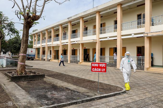 Bệnh viện Dã chiến Củ Chi hoạt động từ tháng 2/2020, quy mô 300 giường, được cải tạo từ cơ sở vật chất của Trường Quân sự TP HCM. Ảnh: Quỳnh Trần.