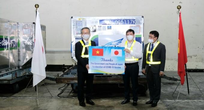 Bộ trưởng Nguyễn Thanh Long (áo trắng) tiếp nhận lô vaccine Covid-19 từ Đại sứ Nhật Bản, ngày 16/6. Ảnh: Trần Minh.