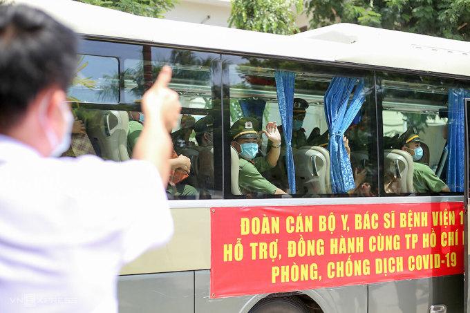 Các đồng đội chia tay nhau lên đường làm nhiệm vụ. Ảnh: Nguyễn Đông.