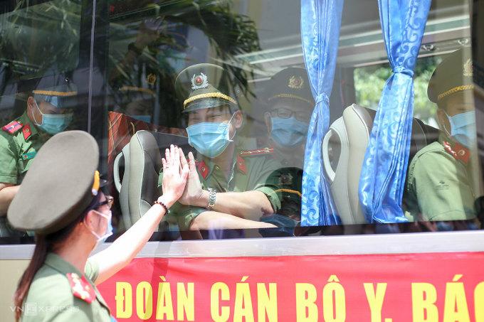 Đại uý Trần Thị Thuỷ, tiễn chồng Nguyễn Minh Hải lên đường làm nhiệm vụ chưa hẹn trước ngày về. Ảnh: Nguyễn Đông.