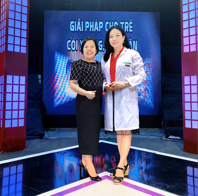 Bà Dương Thị Tuyết (bên trái) - Đại diện công ty TNHH XNK Dược mỹ phẩm Thanh Trang và Tiến sĩ, bác sĩ Phan Bích Nga (bên phải) - Giám đốc Trung tâm Khám và tư vấn dinh dưỡng trẻ em, Viện Dinh Dưỡng Quốc gia.