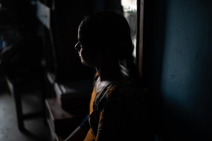 G. Sonali Reddy, 14 tuổi, ở làng Pattapur thuộc bang Odisha, Ấn Độ, thay cha mẹ nuôi hai em. Ảnh: NYT
