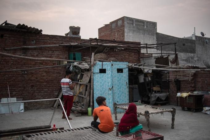 Shawez, Shoaib và Kahkashan Sanifi tại nhà của ba anh em ở bang Uttar Pradesh. Ảnh: NYTimes