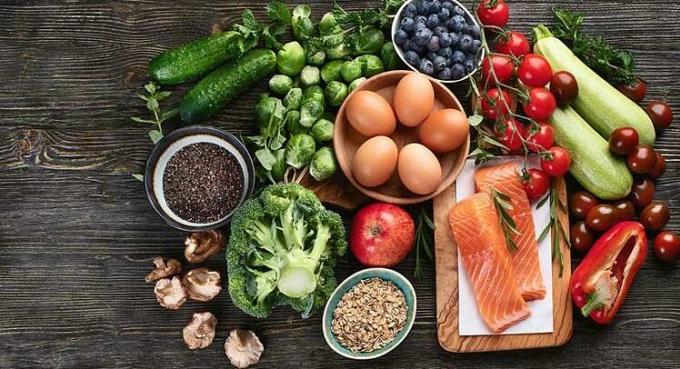 Nên ăn đa dạng thực phẩm, phối hợp 15-20 thực phẩm và thay đổi thường xuyên trong ngày. Ảnh: Great Courses Daily