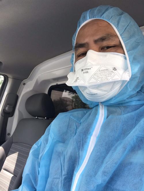 Trong suốt ca trực, mỗi lần đưa đón xong một nhóm bệnh nhân, anh Nguyên và đồng nghiệp phải thay một bộ đồ bảo hộ, để phòng tránh lây nhiễm. Ảnh: Thanh Nguyên.