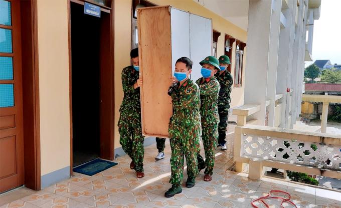 Quân đội di chuyển đồ đạc tại Sở Y tế Hà Tĩnh cũ đến trụ sở mới hồi đầu tháng 6. Ảnh: Đinh Thanh