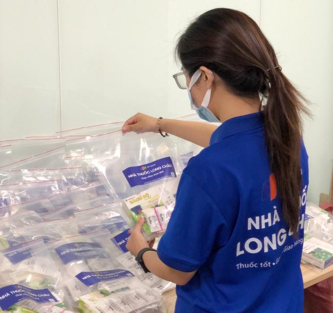 Nhân viên Long Châu chuẩn bị các phần quà để gửi tặng cho F0, F1 đang cách ly tại nhà.