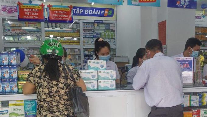 Các dược sĩ Long Châu bán thuốc, sản phẩm chăm sóc sức khỏe cho những người cần.