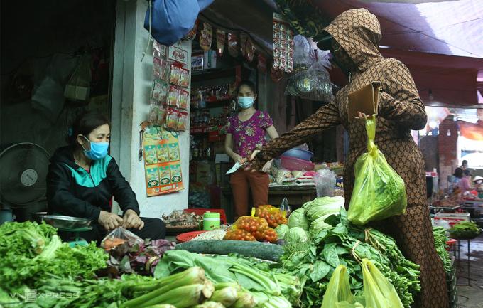 Người dân Nghệ An thực hiện 5K khi đi chợ. Ảnh: Nguyễn Hải