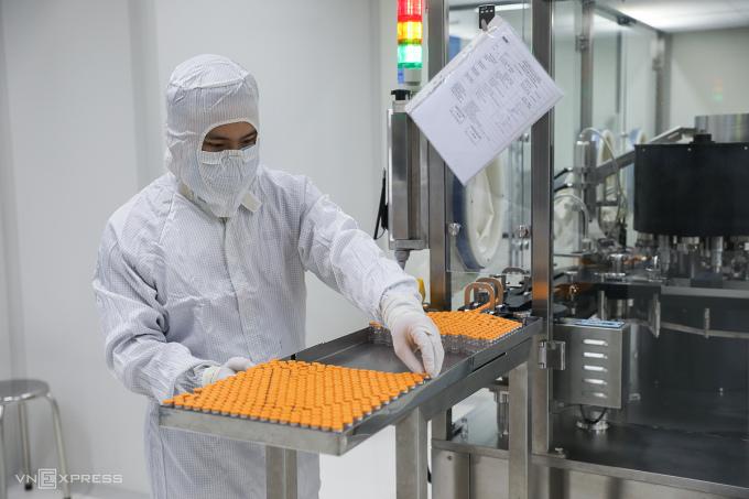 Nhân viên công ty Nanogen tiến hành các công đoạn sản xuất Nanocovax tại trụ sở Công ty Nanogen ở quận 9. Ảnh: Quỳnh Trần.