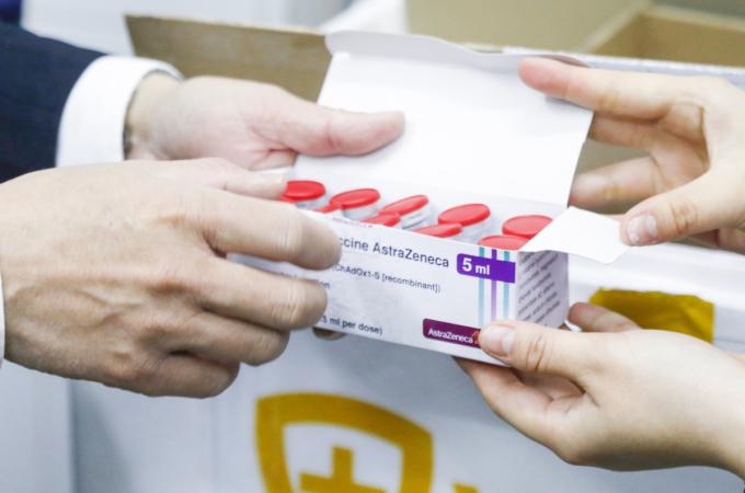 Nhân viên VNVC kiểm tra vaccine trước khi nhận về kho lạnh. Ảnh: Phong Lan.