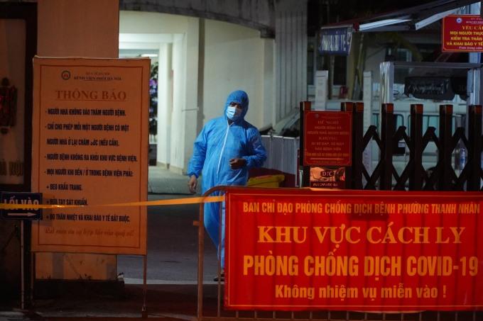Bệnh viện Phổi Hà Nội bị cách ly y tế vào đêm 25/7. Ảnh: Minh Nhân.