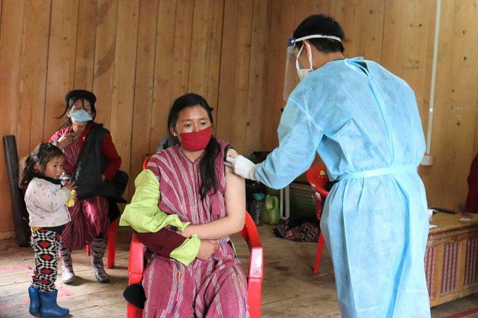 Người dân Bhutan được tiêm vaccine Covid-19 tại trung tâm cộng đồng ở Trashigang. Ảnh: UNICEF