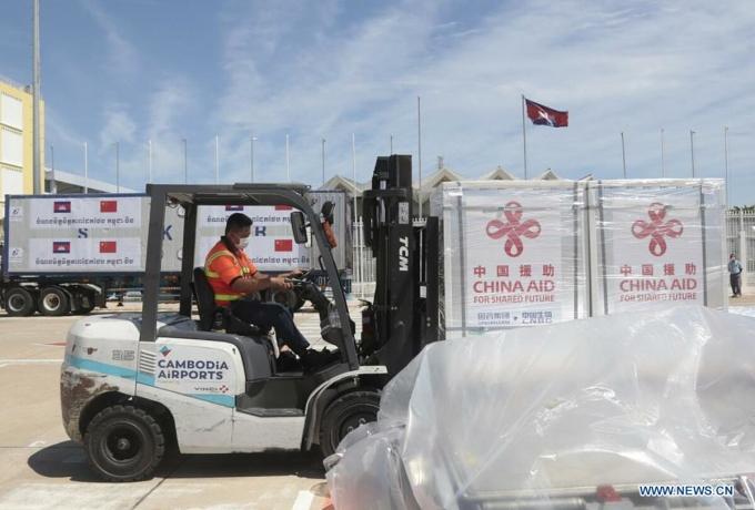 Nhân viên chuyển lô vaccine Sinopharm đến Sân bay Quốc tế Phnom Penh, Campuchia, ngày 1/8. Ảnh: Xinhua