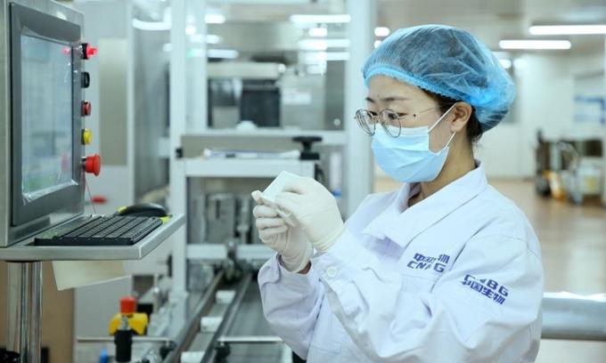 Một nhân viên kiểm tra bao bì vaccine Sinopharm tại Bắc Kinh của Trung Quốc, ngày 31/5. Ảnh: Xinhua