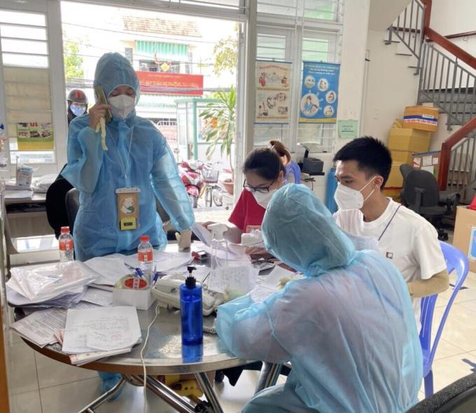 Tổ y tế phường Tân Hưng tiếp nhận cuộc gọi từ F0 và người dân, ghi nhận, xử lý thông tin tại Trạm Y tế Phường. Ảnh: Nhân vật cung cấp