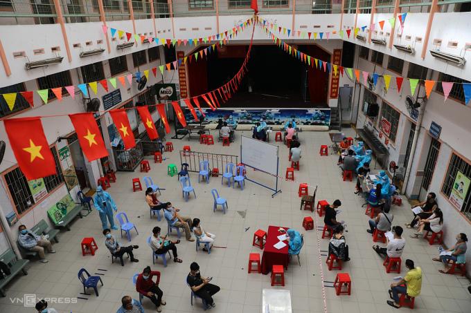 Người dân và shipper tiêm vaccine tại điểm tiêm ở quận 11, ngày 2/8. Ảnh: Quỳnh Trần.
