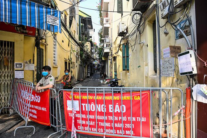 Chốt kiểm soát trong phố cổ Hà Nội. Ảnh: Giang Huy
