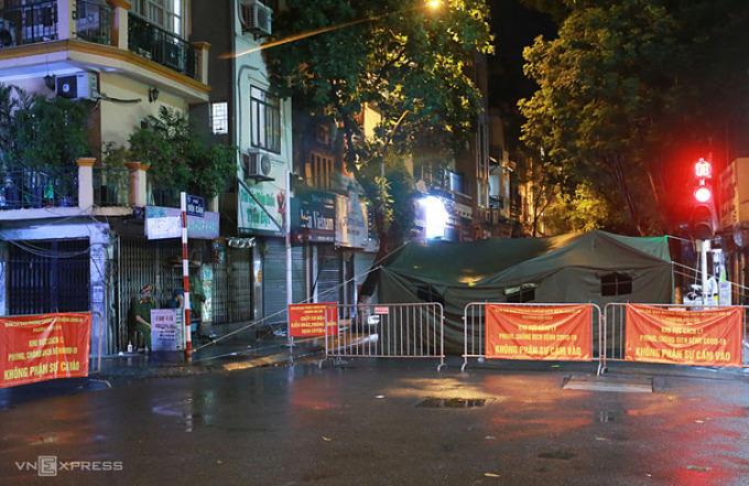 Công an dựng rào chắn, lều bạt đầu phố Đội Cấn, đoạn giao ngã tư Lê Hồng Phong - Ngọc Hà, tối 12/8. Ảnh:Tất Định.