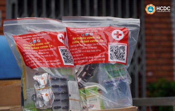 Mỗi túi thuốc mà F0 đang cách ly, điều trị tại nhà nhận được bao gồm thuốc, hướng dẫn sử dụng thuốc và thiết kế kèm mã QR vào nhóm bác sĩ hỗ trợ. Ảnh: HCDC