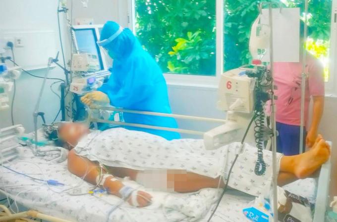 Một bé gái 14 tuổi, nặng 90kg từng mắc Covid-19 nặng, phải thở máy tại Bệnh viện Nhi đồng Thành phố. Ảnh: Bệnh viện cung cấp