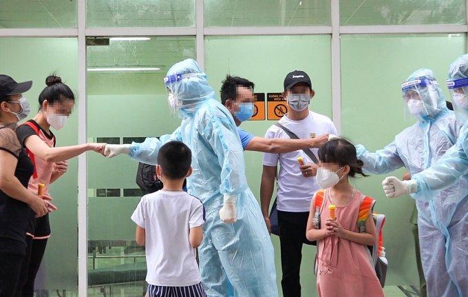 Những người khỏi bệnh, xuất viện tại bệnh viện dã số 12 ở TP HCM. Ảnh: Bệnh viện cung cấp