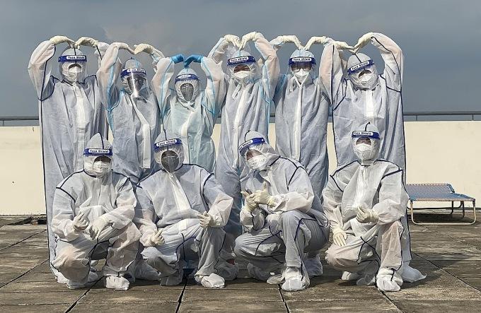 Bác sĩ Linh (đứng thứ ba từ phải qua) cùng đồng nghiệp chụp ảnh lưu niệm khi tham gia điều trị tại bệnh viện dã chiến. Ảnh: Bác sĩ cung cấp