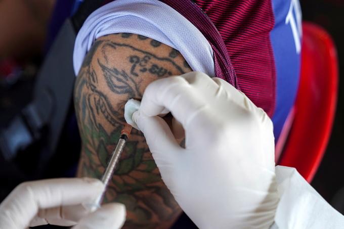 Một người được tiêm vaccine Sinovac ở sân vận động Kodang, Bangkok, Thái Lan, ngày 4/7. Ảnh: Reuters