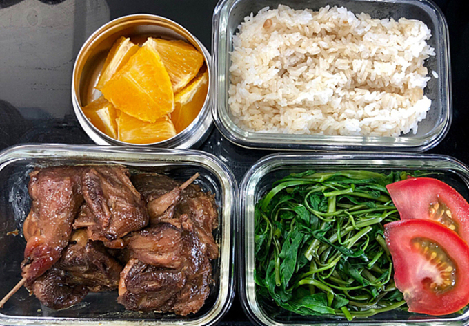 Một bữa ăn trong ngày đảm bảo thịt, hoặc cá, trứng, rau xanh, sau đó là hoa quả tươi tráng miệng. Ảnh: Thanh Tâm