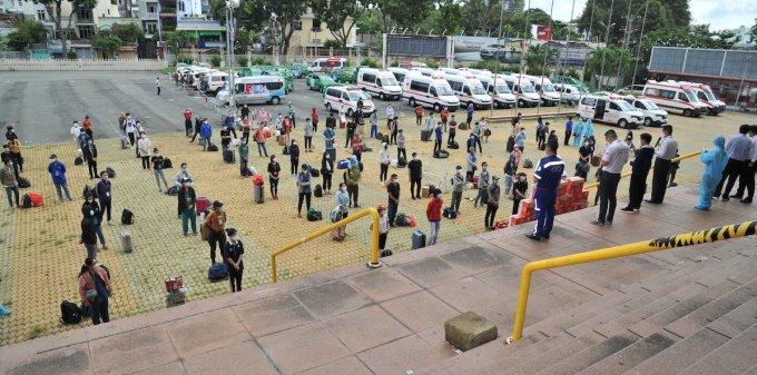 Các sinh viên y khoa, lực lượng tình nguyện viên tham gia tham gia lễ xuất quân sáng 26/8. Ảnh: Đại học Y khoa Phạm Ngọc Thạch