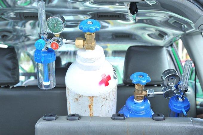 [Các bình oxy được trang bị trên xe taxi để sẵn sàng tham gia cấp cứu người bệnh F0. Ảnh: Đại học Y khoa Phạm Ngọc Thạch