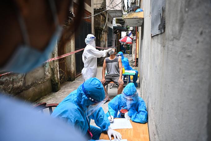 Lấy mẫu xét nghiệm và truy vết tại ổ dịch phường Thanh Xuân Trung. Ảnh: Giang Huy