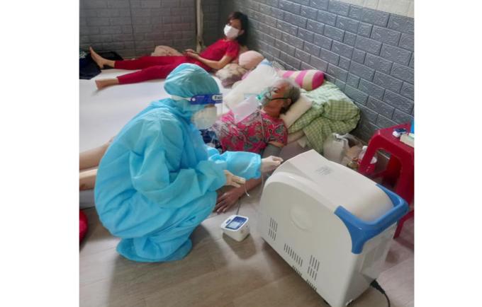 Một nhân viên y tế đang sử dụng chiếc máy tạo oxy bác sĩ Nhân cho mượn để hỗ trợ bệnh nhân Covid-19. Ảnh: Bác sĩ cung cấp