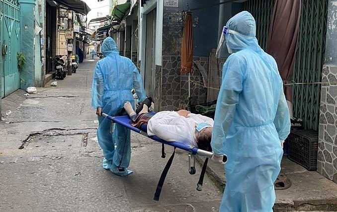 Nhân viên y tế phường Tân Hưng đến nhà đưa bệnh nhân đi cấp cứu. Ảnh: Ảnh. Tổ y tế cộng đồng phường Tân Hưng, quận 7