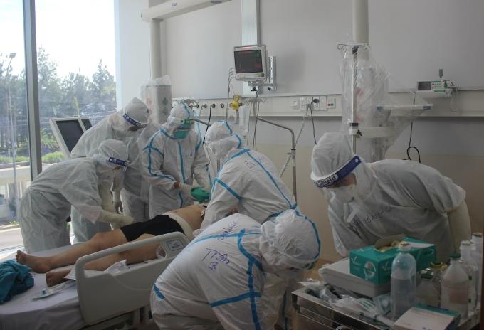 Giành giật sự sống cho bệnh nhân ở Bệnh viện Hồi sức Covid-19 TP.HCM. Ảnh: Văn Đạo