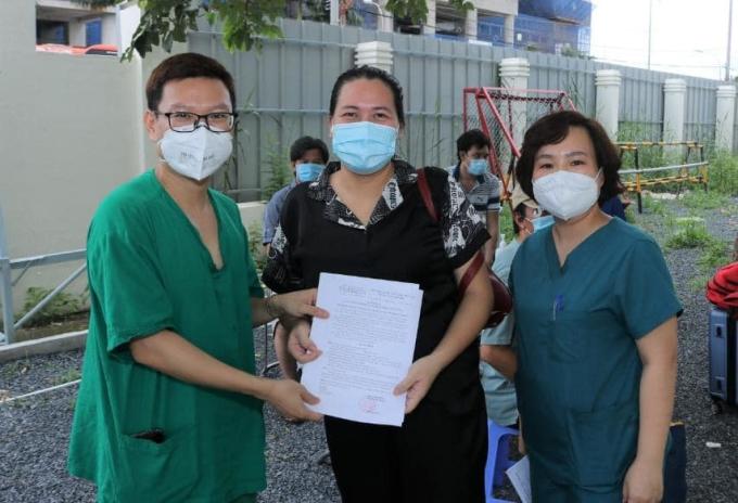 Bác sĩ trao giấy xuất viện cho bệnh nhân chiều 6/9. Ảnh:Thành Dương
