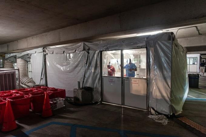 Nhân viên làm vệ sinh phòng khám lưu động tại Trung tâm Y tế Đại học Mississippi, tháng 8/2021. Ảnh: NY Times
