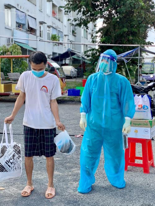 Bệnh nhân (bên trái) sau xuất viện sẽ được tiếp tục chăm sóc, theo dõi tại Trung tâm Y tế huyện Bình Chánh. Ảnh: Bệnh viện cung cấp