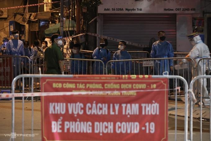 Người dân tại ổ dịch Thanh Xuân Trung, Hà Nội đi cách ly tối 1/9. Ảnh: Ngọc Thành