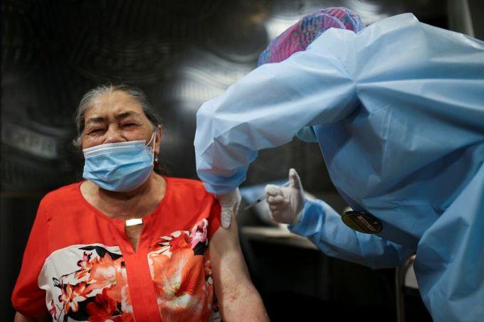 Một phụ nữ đươc tiêm vaccine Covid-19 tại thành phố Bogota, Colombia, ngày 9/3. Ảnh: Reuters