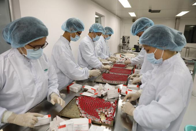 Vaccine Sputnik V được kỹ thuật viên đóng gói tại Công ty Vabiotech.Ảnh do công ty cung cấp.