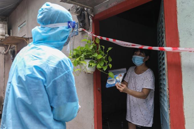 Nhân viên y tế phường 3, quận 8 đến thăm khám, tặng Thu*c cho người mắc Covid-19 đang điều trị tại nhà, ngày 29/8/2021. Ảnh: Quỳnh Trần/VnExpress