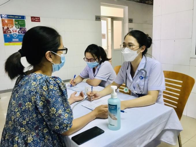 Bác sĩ Trần Thị Diệu Anh, Khoa sản tư vấn cho phụ nữ mang thai tiêm vaccine phòng Covid-19 tại Bệnh viện Bãi Cháy. Ảnh: Bệnh viện cung cấp