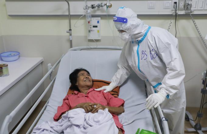 Bà Hai trò chuyện vui vẻ khi bác sĩ Bảo đến thăm bệnh và thông báo bà sắp được xuất viện, tối 13/9. Ảnh: Quỳnh Trần