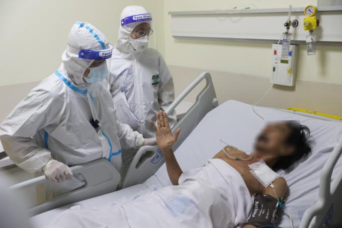 Bác sĩ Trần Thanh Linh (bìa trái) trò chuyện cùng bệnh nhân tối 13/9. Ảnh: Quỳnh Trần