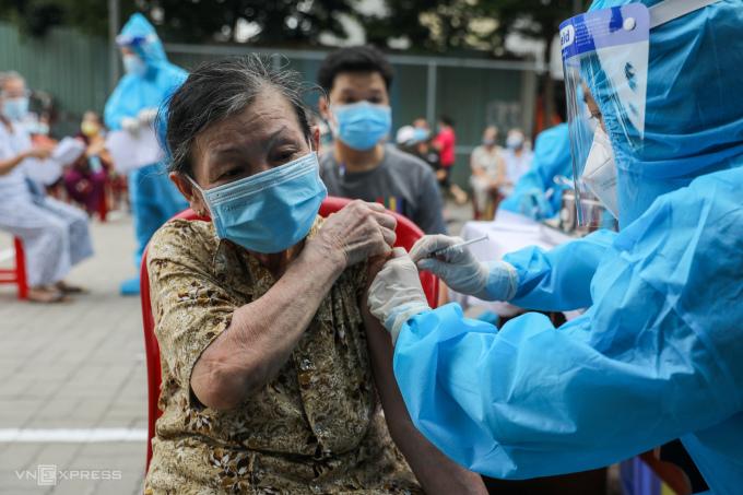 Người dân tiêm trên xe tiêm vaccine lưu động ở quận Gò Vấp, ngày 14/8. Ảnh: Quỳnh Trần.