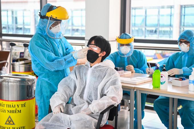 Lấy mẫu xét nghiệm Covid-19 tại Hà Nội. Ảnh: Giang Huy