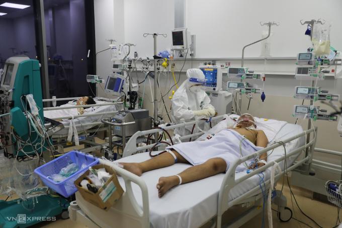 Bác sĩ điều trị, chăm sóc người mắc Covid-19 tại Trung tâm hồi sức Covid-19 ở Bệnh viện Ung Bướu TP HCM ngày 13/9. Ảnh: Quỳnh Trần.
