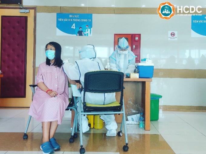 Thai phụ tiêm vaccine phòng Covid-19 tại TP HCM. Ảnh: Trung tâm Kiểm soát Bệnh tật TP HCM (HCDC)